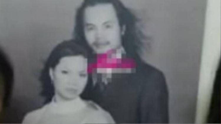Trần Lập và vợ trong bức ảnh cưới. Phong cách Rock đậm chất của chàng ca sĩ nổi tiếng bên người vợ thùy mị.