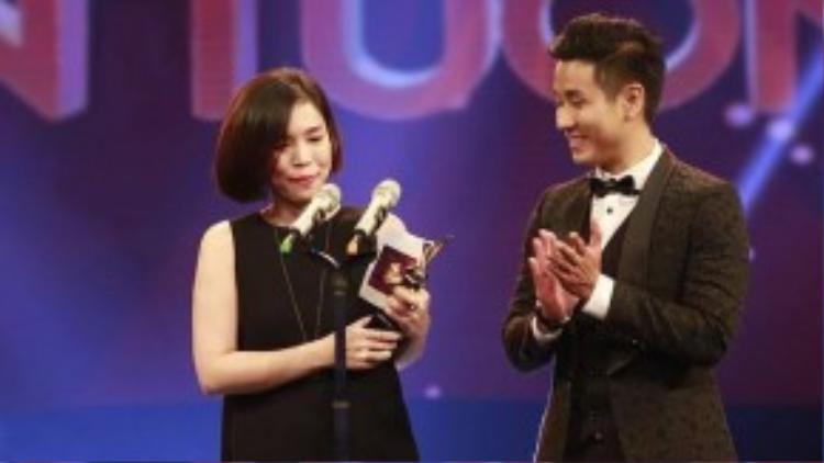 Đại diện chương trình The Remix - chị Tuyết Vân nhận giải thưởng trong chương trình VTV Awards 2015.