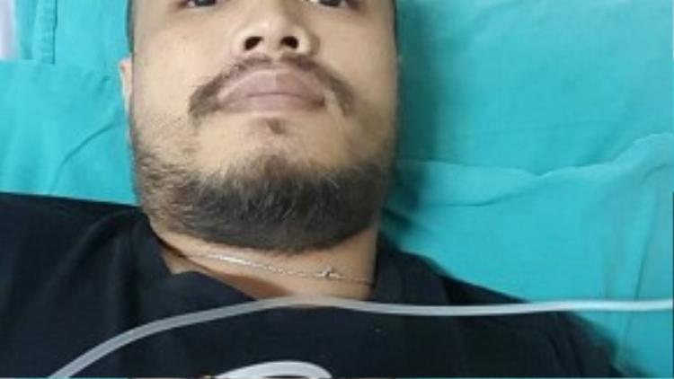 Hình ảnh Trần Lập nằm trong bệnh viện và thông tin anh bị bệnh ung thư khiến mọi người rất bất ngờ.