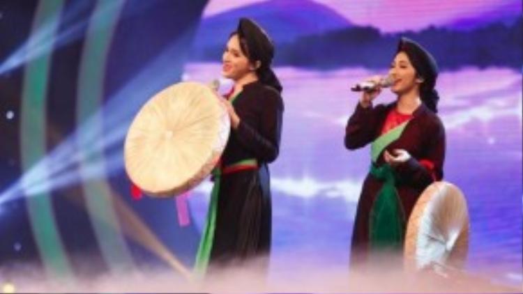 Hòa Minzy hỗ trợ Hương Giang Idol hát dân ca quan họ Bắc Ninh trong tập 2 gameshow Hoán đổi.