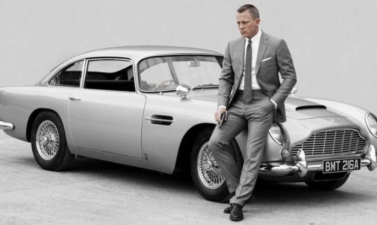 Khánh My khoe lưng trần đi xem phim Bond 300 triệu USD