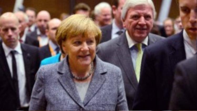 """2. Thủ tướng Đức Angela Markel tiếp tục với ngôi vị """"nữ hoàng"""" quyền lực nhất thế giới và """"qua mặt"""" Obama trong bảng xếp hạng năm nay. Ngai vàng của bà Markel sẽ kéo dài khoảng 10 năm nữa. Đây là nhiệm kỳ lần thứ 3 bà Markel tái đắc cử vị trí lãnh đạo nền kinh tế rực rỡ nhất Châu Âu. Bà đã khéo léo xử lýcuộc khủng hoảng quốc giabằng gói hỗ trợ chính phủ dành cho các công ty.Cũng chính bà là người đưa tay giúp đỡ Hy Lạp hồi sinh nền kinh tế sau khủng hoảng nợ mới diễn ra hồi tháng 8 năm nay."""