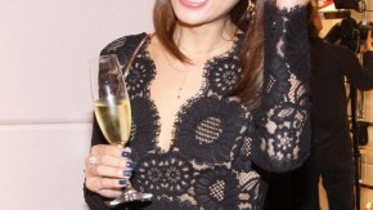 Cũng tương tự, Lâm Tâm Như trong sự kiện 4/11 mặc váy khoét cổ sâu, lộ vòng một khiêm tốn.