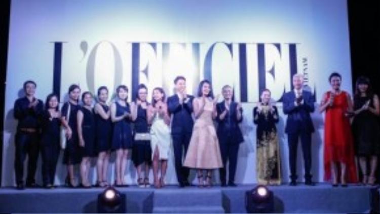 Chị Angie Nguyễn - trưởng ban biên tập và nhà thiết kế Dũng Yoko - Giám đốc sáng tạo tạp chí L'Officiel cùng các cộng sự ra mắt khách mời.