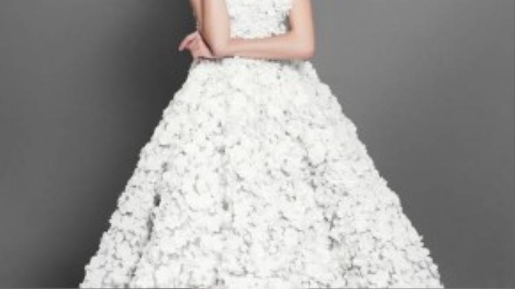 Cận cảnh váy dạ hội của Thúy Vân.