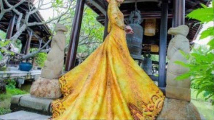 Cận cảnh quốc phục thêu hình rồng 3D của Thúy Vân.