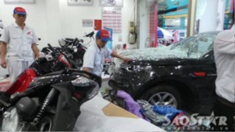 Ô tô 7 chỗ tông vỡ kính cửa hàng và làm ngã nhiều xe máy.