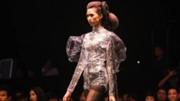 Hồng Xuân biểu diễn trong bộ sưu tập tóc của nhà tạo mẫu tóc Don Hậu cùng bộ tóc giả dài hơn 2m.