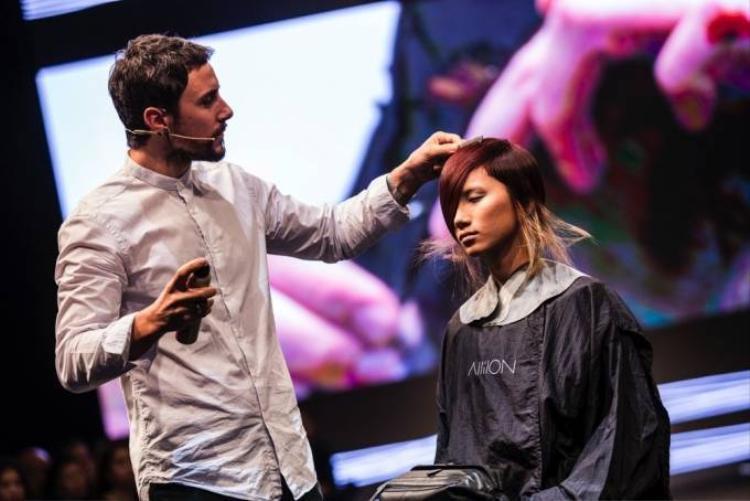 Hồng Xuân đội tóc giả 2m trình diễn trong Davines hair show