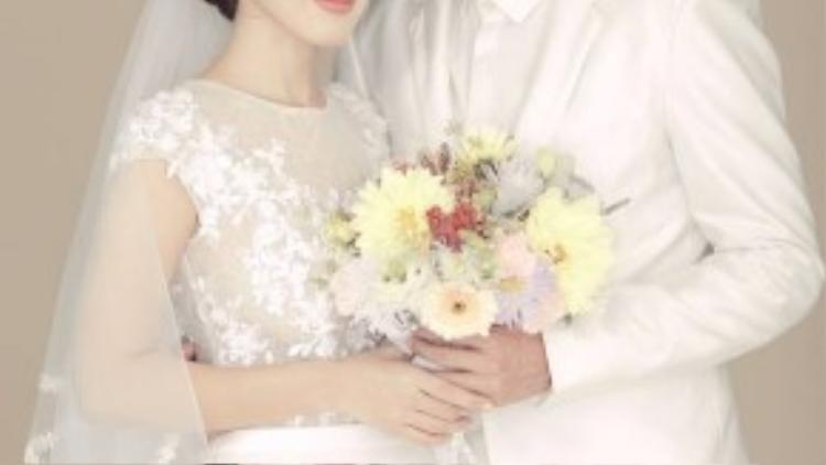 Tú Vi mặc trang phục màu trắng do Chung Thanh Phong thiết kế theo phong cách tự nhiên trông trong veo và thanh thoát.