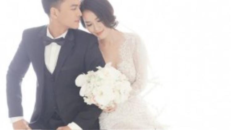 Đôi tình nhân có những biểu cảm vô cùng dễ thương và lãng mạn, tái hiện những khoảnh khắc ngọt ngào mà họ đã trải qua.