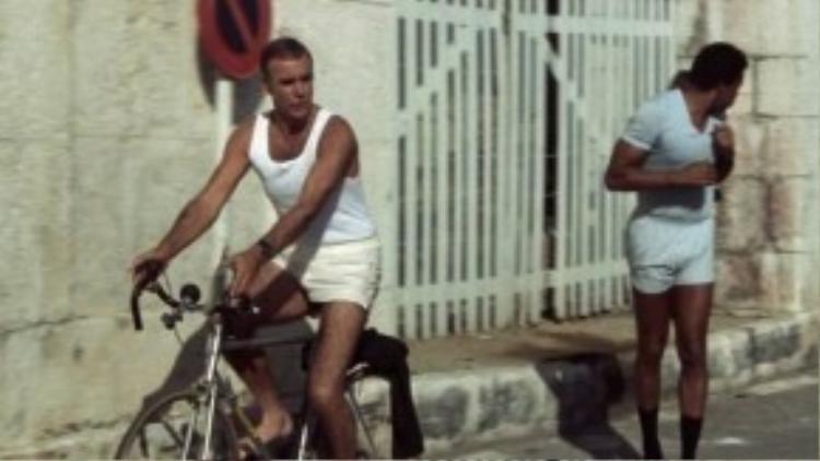 Sean Connery mặc quần soóc màu kem và áo lót màu trắng trong Never Say Never Again.