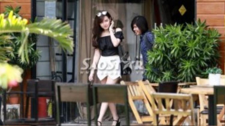 Midu xuất hiện rạng rỡ tại một studio ở Nhà Bè. Nụ cười đã xuất hiện trở lại trên gương mặt của nữ diễn viên.