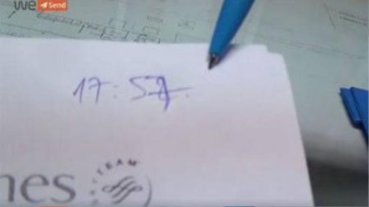 Nhân viên check-in cố ý sửa lại giờ mà anh Trâm làm thủ tục để cho rằng anh đến trễ so với quy định nên việc yêu cầu anh mua vé mới là chính đáng (Ảnh cắt từ clip).