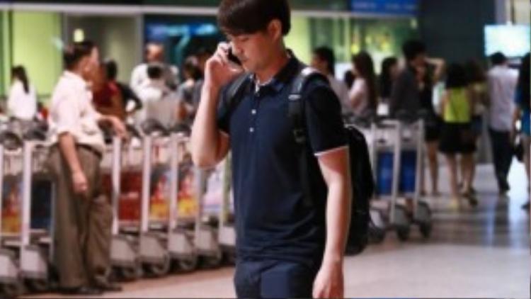 Ông Cao Thắng buồn bã gọi điện thoại chờ Đông Nhi lên máy bay rồi mới ra về.