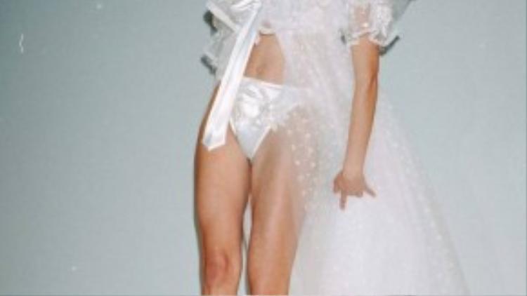 Stephanie Seymour là một trong những thiên thần đầu tiên của hãng thời trang đình đám này. Trong show diễn năm 1995, cô diện thiết kế nội y lấy cảm hứng bởi trang phục cô dâu, được làm từ vải voan và lụa mềm mại tạo vẻ mỏng manh, nữ tính.