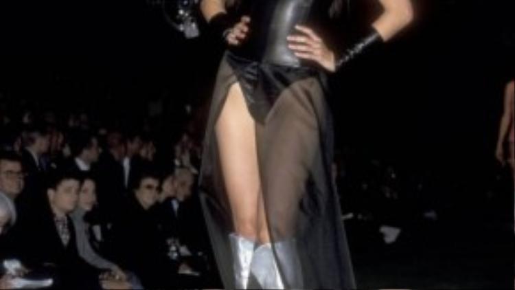 Inés Rivero khiêu gợi nhưng vẫn hết mực sang trọng với jumpsuits da cắt cúp tinh tế cùng hai gam màu đen -bạc quyền lực vào năm 1999.