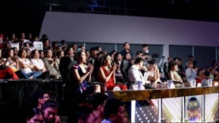 Dàn giám khảo của Cùng nhau tỏa sáng: Lê Khánh, Việt Trinh, Chi Bảo, Trác Thúy Miêu và Việt Hương.