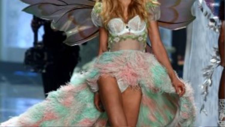 Cũng tại Victoria's Secret Fashion Show năm vừa qua, người mẫu Eniko Mihalik vô cùng lộng lẫy, thời thượng trong đuôi váy sợi kiêu kì, óng ánh cùng cánh bướm như bước ra từ câu chuyện cổ tích.