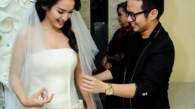 Cô dâu được nhà thiết kế Chung Thanh Phong cẩn thận chăm sóc váy áo.