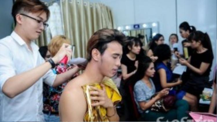 Thuận Nguyễn cũng được nhuộm lại màu tóc cho phù hợp với nhân vật của mình.