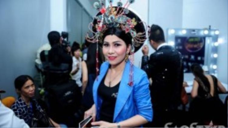 Nghệ sĩ Thị Mười hóa trang thành hoàng hậu.