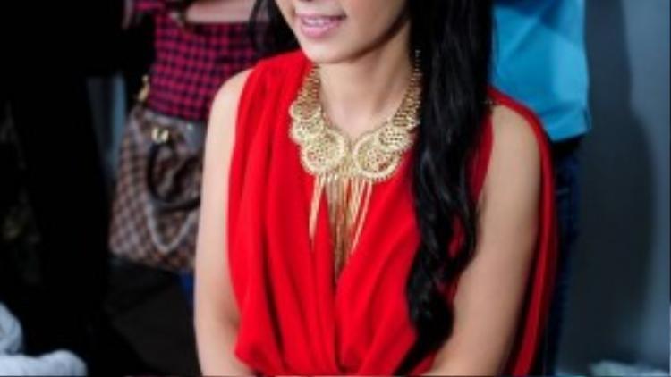 """Trong hậu trường các thí sinh và giá khảo cũng tất bận chuẩn bị mọi thứ trước khi lên sóng. Đêm chung kết, """"Người đẹp Tây Đô"""" Việt Trinh chọn cho mình một bộ váy màu đỏ khá nổi bật."""