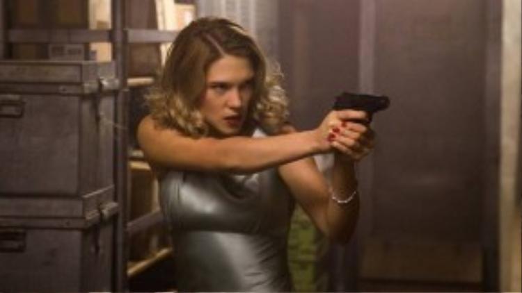 Tiến sĩ Madeleine Swann là con gái của cựu thành viên tổ chức Spectre. Không chỉ xinh đẹp, cô còn dùng súng rất giỏi.