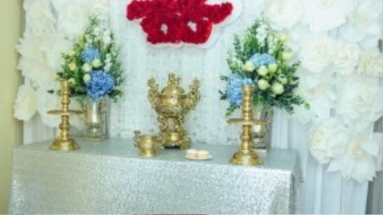 Bàn thờ gia tiên được cô dâu chọn backdrop hoa giấy màu trắng.