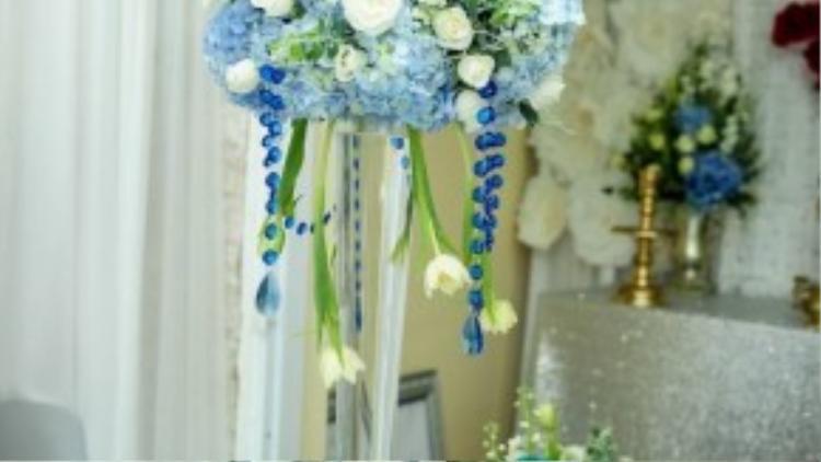 Bàn tiệc được chăm chút tỉ mỉ. Tú Vi khéo léo chọn tông màu trắng xanh cho không gian cưới của mình.