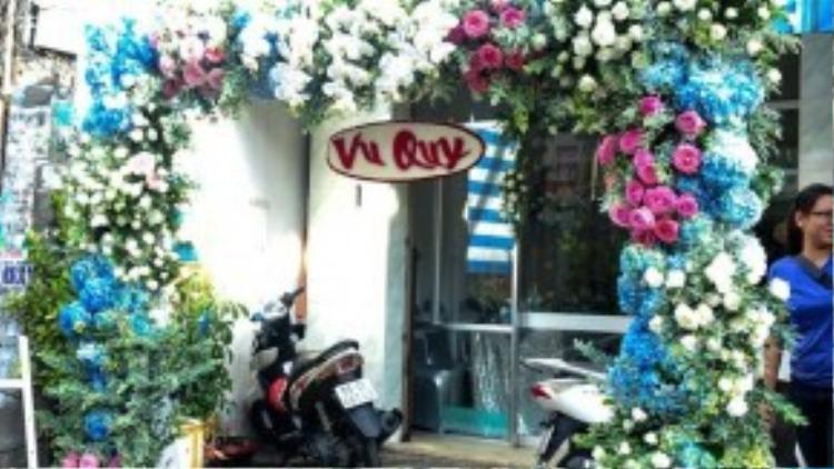 Cổng hoa được cô dâu Tú Vi khéo léo kết hợp giữa hoa cẩm tú cầu, hoa hồng và phong lan trắng cực ấn tượng và đẹp mắt.