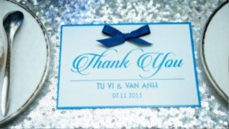 Ở mỗi vị trí ngồi, cô dâu đều gửi lời cảm ơn đến những người thân, bạn bè đến chúc mừng hạnh phúc bằng một chiếc thiệp nhỏ xinh.