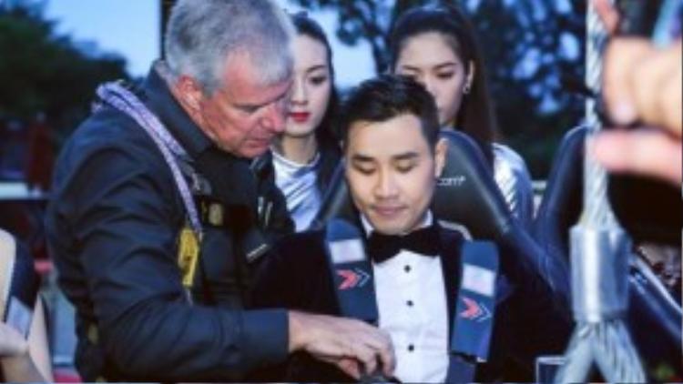 Ông Simon giám đốc chương trình đang kiểm tra lại đai an toàn trước khi đưa Nguyên Khang lên độ cao 50m