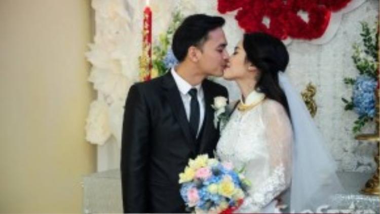 Cả hai trao nụ hôn trong nước mắt và hạnh phúc trước mặt hai họ.