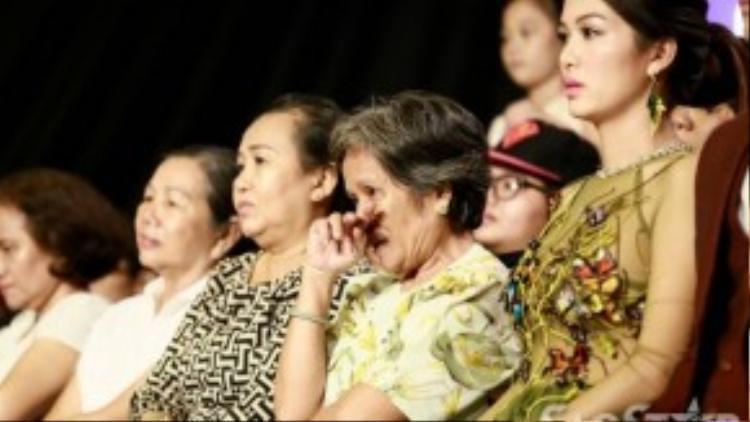Ai cũng sụt sùi nước mắt. Có thể thấy dù không giành giải quán quân nhưng đội Thanh sắc đã để lại ấn tượng sâu đậm trong lòng khán giả.