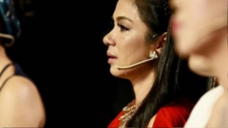 Việt Trinh không ngăn được dòng nước mắt của mình khi xem tiết mục của nhóm Thanh sắc.