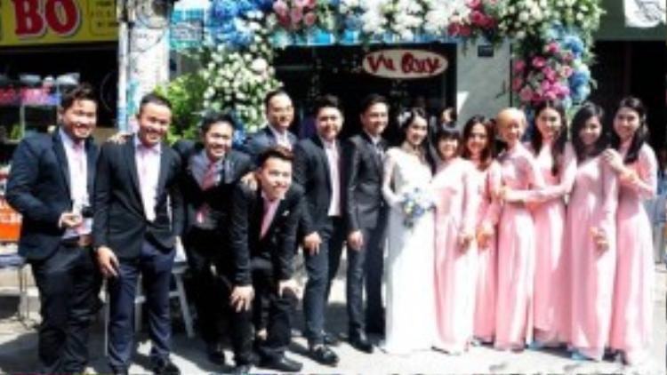 Tú Vi - Văn Anh chụp ảnh cùng các đoàn dâu rể phụ.
