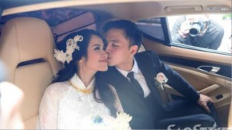 Chú rể dành tặng vợ nụ hôn trước khi rời nhà gái.