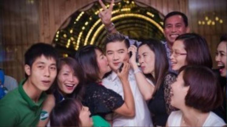Fan phấn khích, ôm chầm lấy Đàm Vĩnh Hưng.