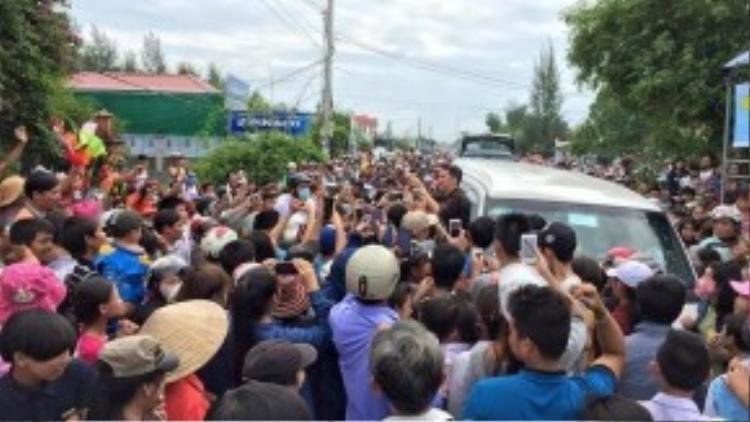 Fan bủa vây đứng chờ Đàm Vĩnh Hưng từ sáng sớm, khiến giao thông bị tắc nghẽn, trì trệ.
