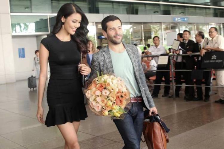 Lan Khuê váy đen giản dị ra sân bay đón NTK Alexis Mabille