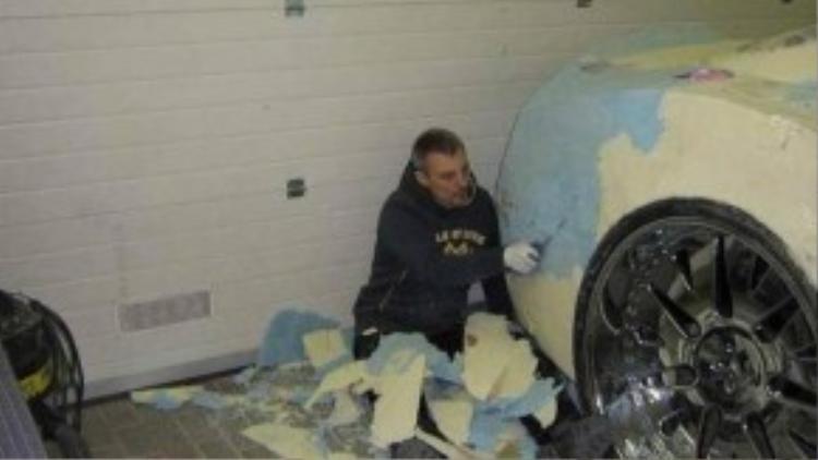 Sau khi bọt nở đã khô, thì đây là công cuộc tạo hình cho chiếc xe.