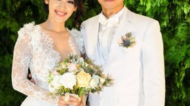 Cô dâu chú rể trông rất xứng đôi với trang phục cưới màu trắng.