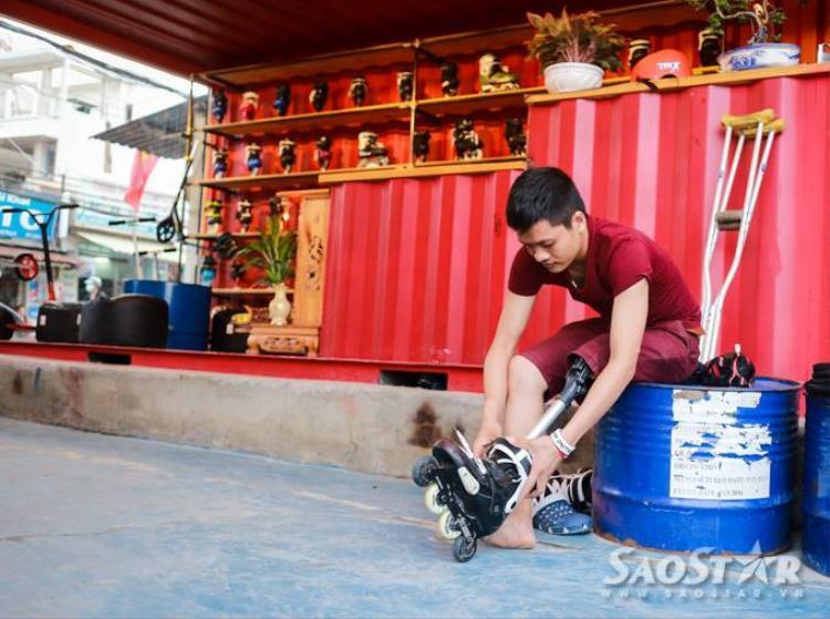 Nghị lực phi thường của chàng trai trượt patin trên nạng gỗ