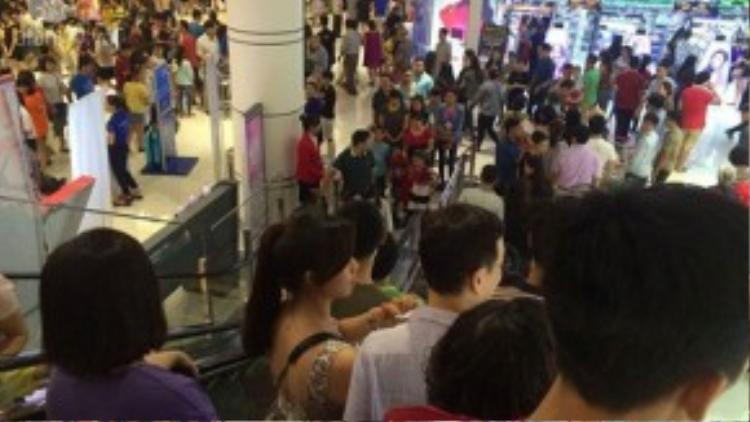 Cảnh chen chúc hiếm thấy ở một thành phố nhiều trung tâm thương mại, siêu thị như Hà Nội.
