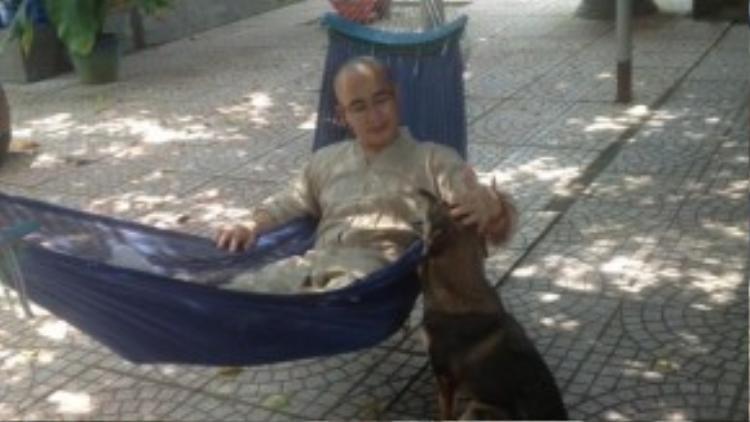 Cửu Cửu là một chú chó sống tình cảm, được các sư thầy và Phật tử vô cùng yêu mến.