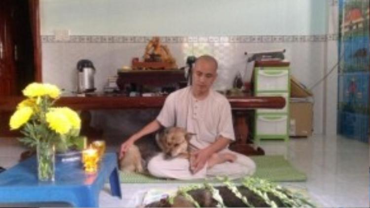 Sư thầy Thích Quảng An an ủi con gái của Cửu Cửu.