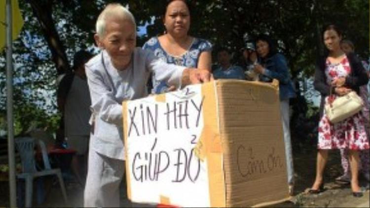 Nhiều người dân ở TP Huế và các nhà hảo tâm đã tìm đến để chia sẻ cùng cụ Đe. Ảnh Tuổi Trẻ.