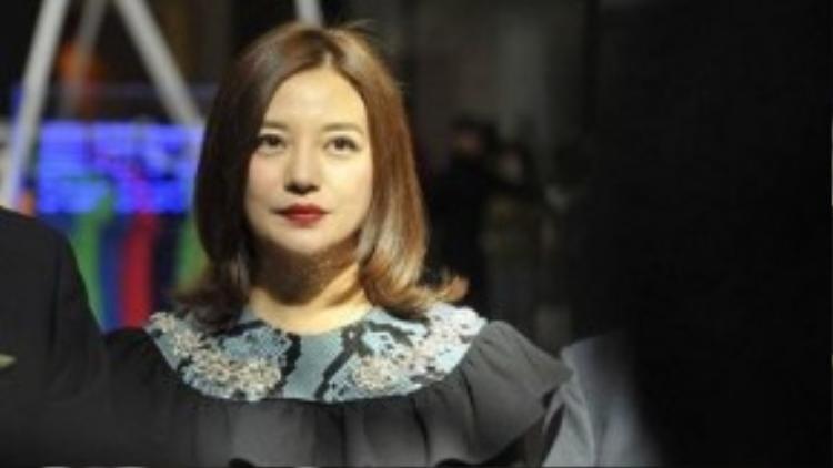 Tuy nhiên, sự nghiệp của Én nhỏ lại tỷ lệ nghịch với nhan sắc của cô. Bộ phim mới do cô đóng chính - Lạc lối ở Hồng Kông hợp tác cùng Từ Tranh đang làm mưa làm gió trên màn ảnh rộng, lập kỷ lục doanh thu phòng vé.