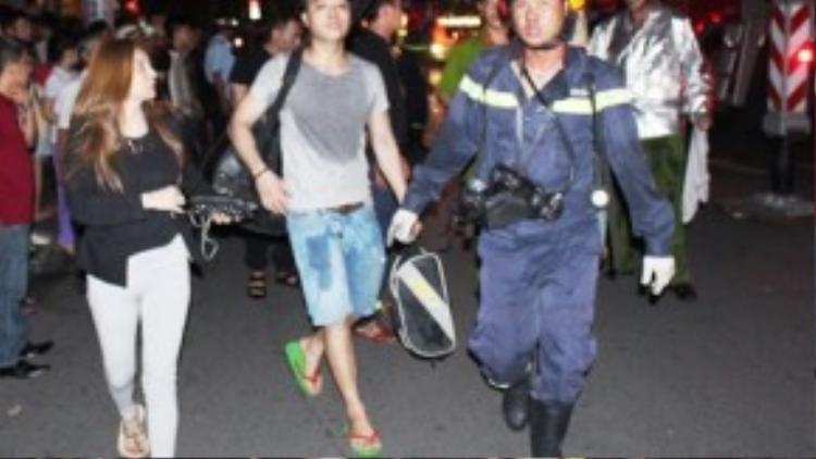 Nhiều du khách được di tản khỏi khu vực hoả hoạn.